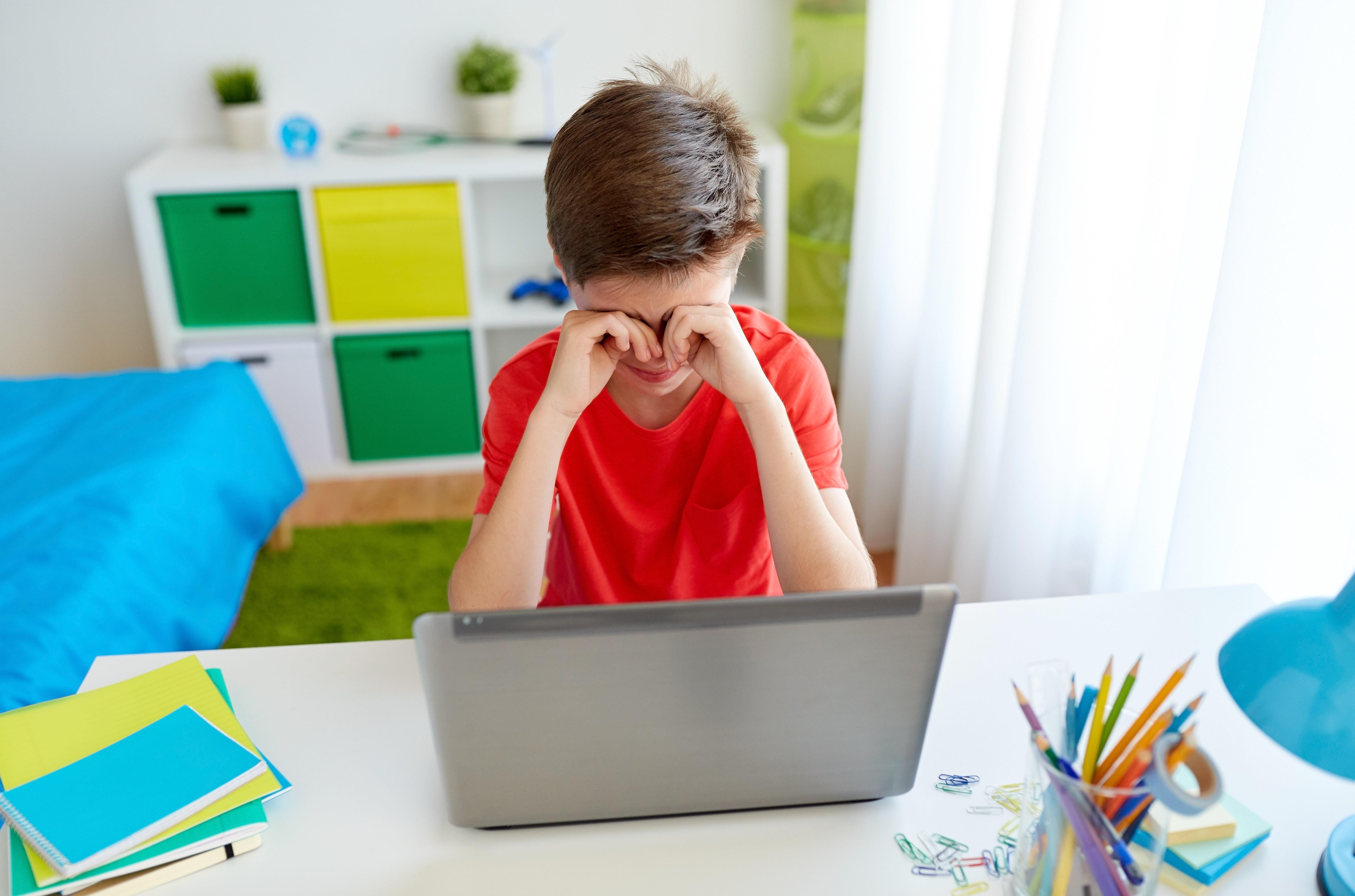 Если ваш ребенок все же стал жертвой кибербуллинга, важно вовремя это распознать. ESET.