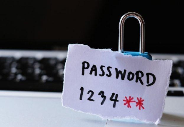 Приложение менеджер паролей поможет избежать примитивных ключевых фраз. ESET.